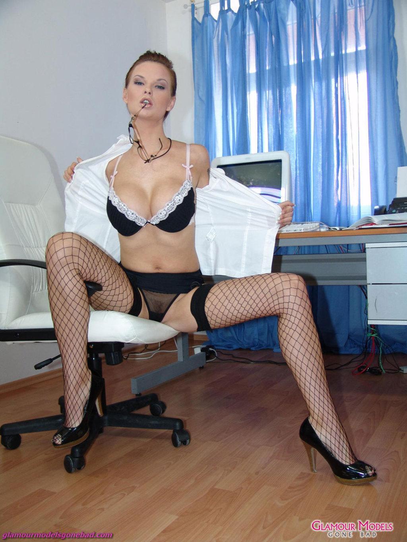 Секретарша в белых трусах 1 фотография